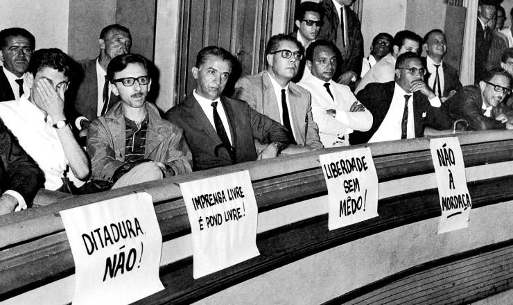 <strong> Jornalistas protestam</strong> contra a Lei de Imprensa no Teatro Paramount, em São Paulo