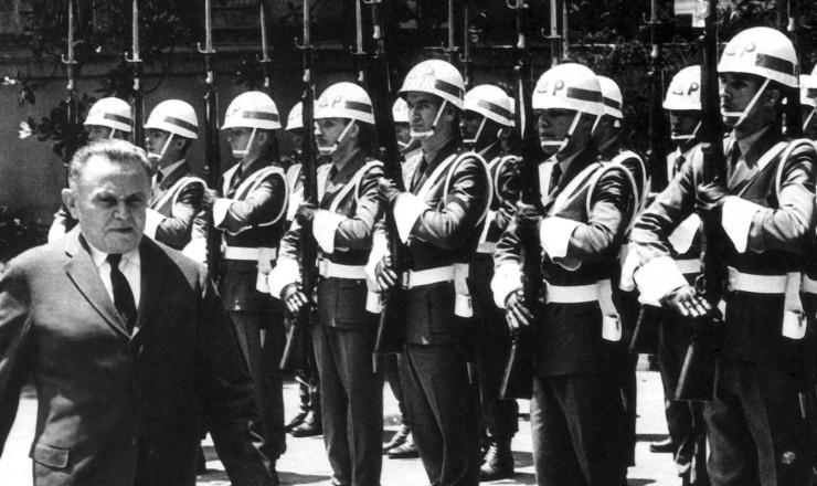 <strong> Castelo Branco</strong> passa tropa em revista; LSN submete cidadãos à Justiça Militar