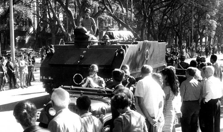 <strong> Ataúde de Castelo Branco</strong> é levado em caminhão do Exército ao Cemitério São João Batista, no Rio de Janeiro