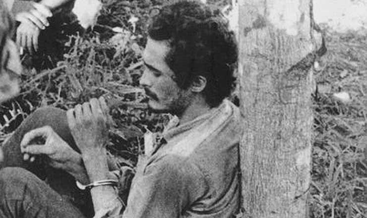 <strong> Jos&eacute; Genoino </strong> capturado e preso pelo Ex&eacute;rcito&nbsp;durante a guerrilha do Araguaia