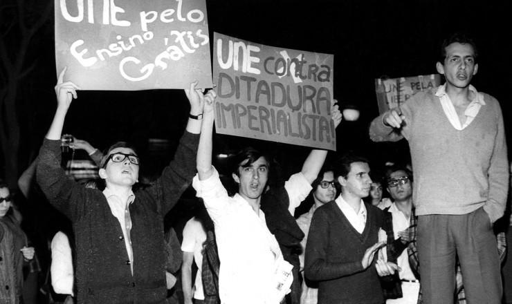 <strong> Luís Travassos </strong> (à dir.) discursa no comício-relâmpago de encerramento do Congresso da UNE, na Praça da Sé, São Paulo