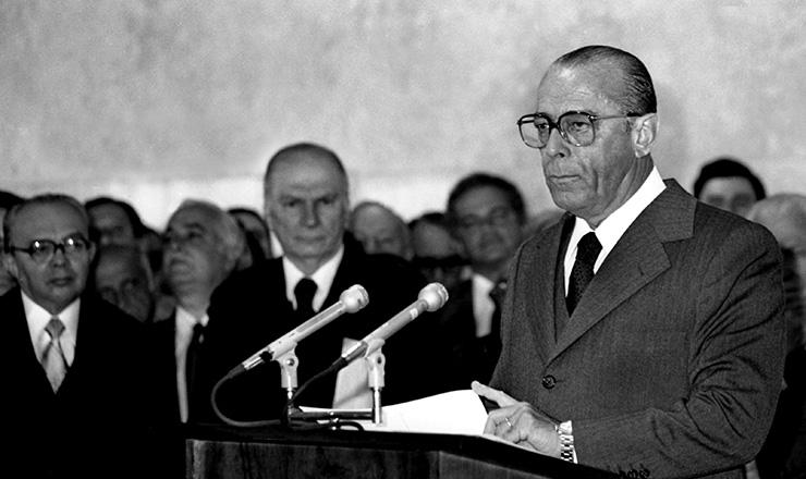 <strong> O general presidente Figueiredo </strong> anuncia envio do projeto da Lei de Anistia ao Congresso, em 27 de junho de 1979