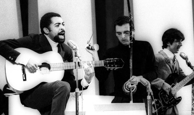 <strong> Gilberto Gil</strong> canta &quot;Domingo no Parque&quot; acompanhado pelos Mutantes no Festival da Record