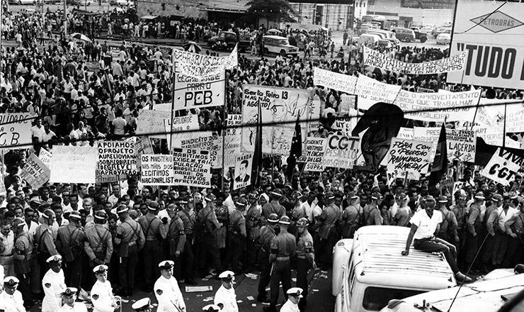 <strong> Com&iacute;cio na Central do Brasil, </strong> que reuniu 300 mil pessoas no dia 13 de mar&ccedil;o de 1964&nbsp;