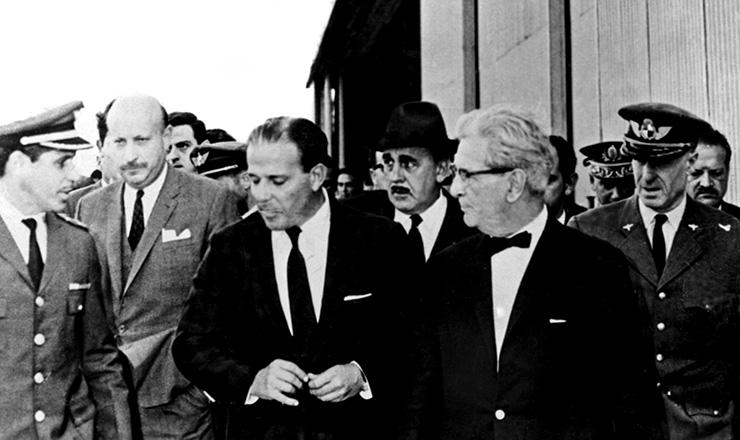 <strong> Deposto, Jango desembarca </strong> no Uruguai, onde se exilou, em 4 de abril de 1964