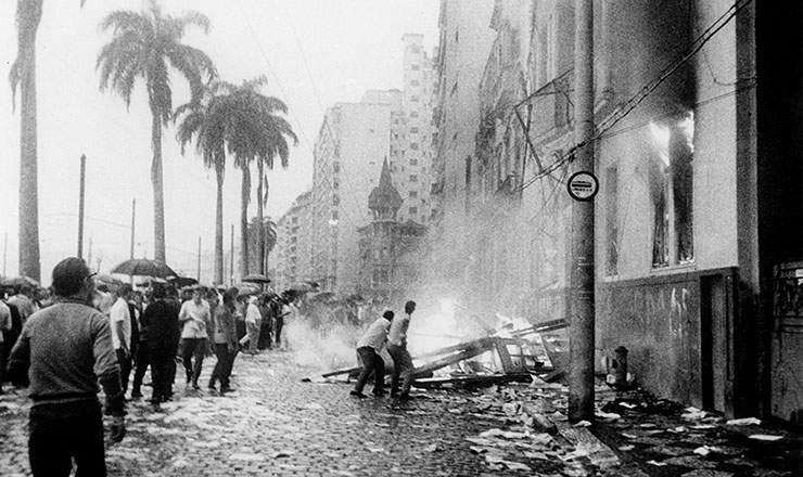 <strong> Pr&eacute;dio da UNE no Rio </strong> &eacute; incendiado em 1&ordm; de abril de 1964