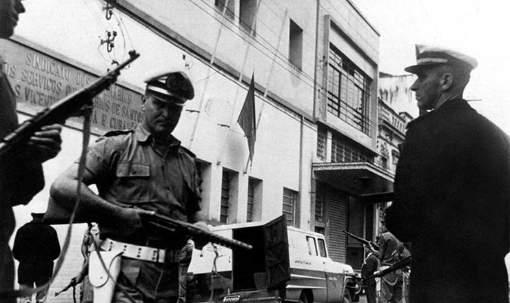 <strong> Pol&iacute;cia invade o Sindicato</strong> dos Portu&aacute;rios de Santos (SP) em abril de 1964