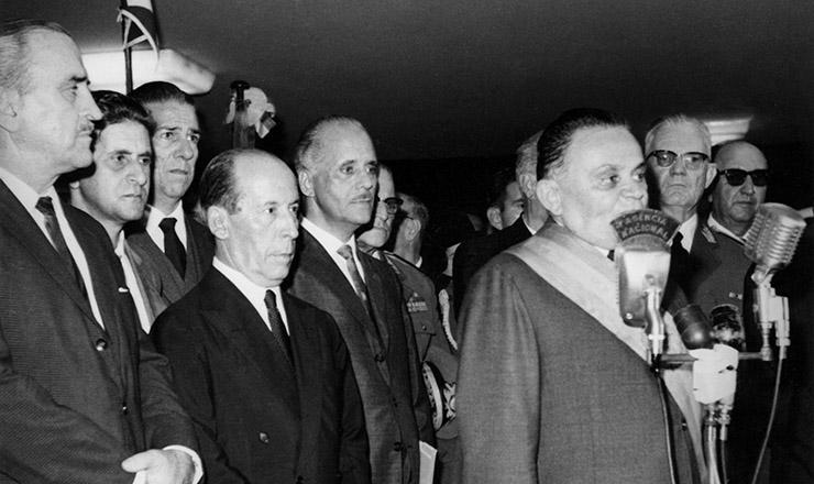 <strong> Posse de Castelo Branco </strong> na Presid&ecirc;ncia da Rep&uacute;blica, em 15 de abril de 1964