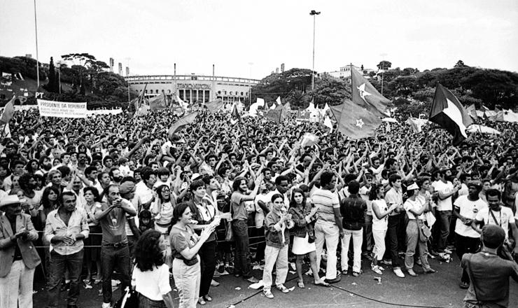 <strong> Em frente ao Est&aacute;dio do Pacaembu,</strong> manifestantes realizam o primeiro grande com&iacute;cio pelas Diretas-J&aacute; em S&atilde;o Paulo em 27 de novembro de 1983