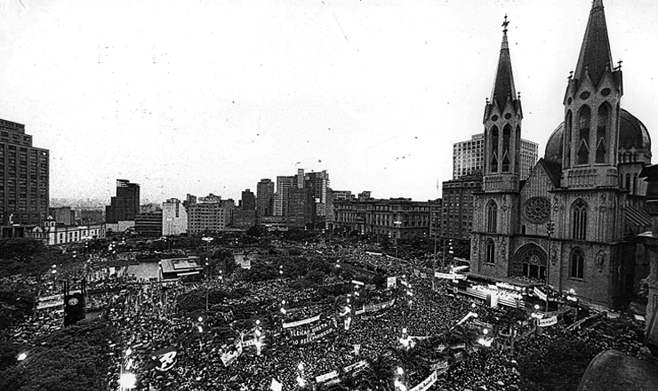 <strong> Trezentas mil pessoas </strong> participam do com&iacute;cio da pra&ccedil;a da S&eacute;, em S&atilde;o Paulo, em 25 de janeiro de 1984