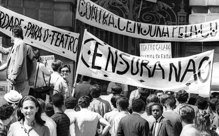 <strong> Populares se unem</strong> aos artistas no protesto que levou &agrave; greve de 72 horas&nbsp;