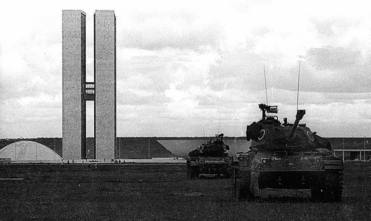 <strong> Tanques do Ex&eacute;rcito cercam </strong> o Congresso Nacional em 1&ordm; de abril de 1964