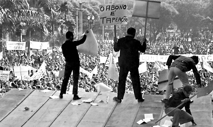 <strong> Sobre o palanque tomado</strong> das autoridades, militantes de esquerda e sindicalistas dirigem a manifestação
