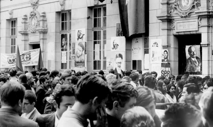 <strong> Manifestação em frente</strong> à Universidade Sorbonne ocupada pelos estudantes