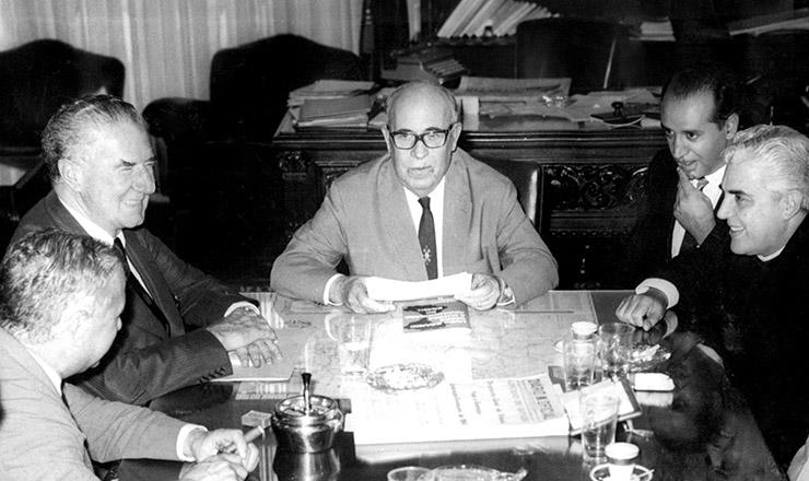 <strong> Ildo Meneghetti</strong> (centro) e Adhemar de Barros (&agrave; esq.) re&uacute;nem-se em Porto Alegre em 22 de mar&ccedil;o de 1964