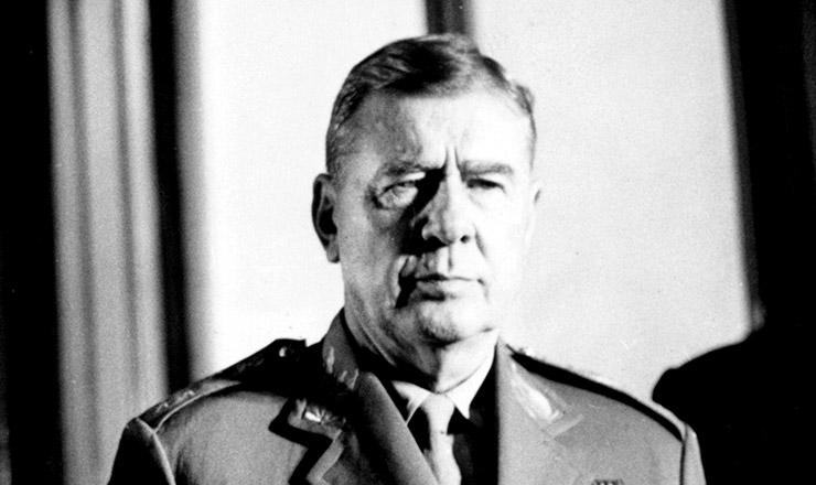 <strong> General Amaury Kruel</strong> , comandante do 2&ordm; Ex&eacute;rcito, que s&oacute; aderiu publicamente &agrave;s v&eacute;speras do golpe
