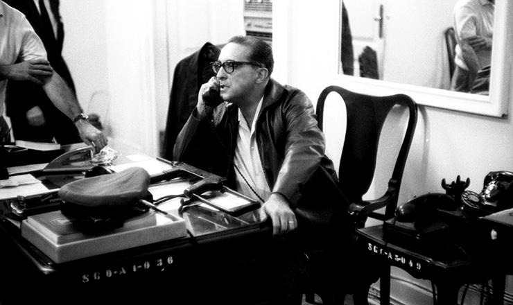 <strong> Carlos Lacerda com metralhadora</strong> sobre a mesa no Pal&aacute;cio Guanabara, em 1&ordm; de abril de 1964&nbsp;