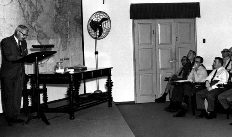 <strong> O embaixador Lincoln Gordon, </strong> dos Estados Unidos, ministra palestra na Escola Superior de Guerra para generais brasileiros em 1963  &nbsp;