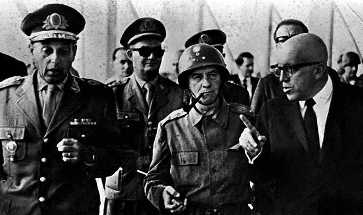 <strong> Generais Muricy e Mour&atilde;o Filho </strong> com Magalh&atilde;es Pinto (&agrave; dir.), no dia do golpe