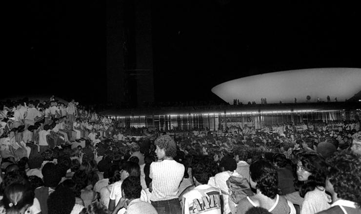 <strong> Populares aguardam o resultado </strong> da vota&ccedil;&atilde;o das Diretas-J&aacute; do lado de fora do Congresso Nacional