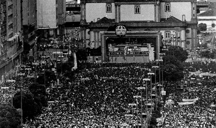 <strong> Mais de 1 milh&atilde;o de pessoas </strong> se re&uacute;ne na Candel&aacute;ria,&nbsp;no Rio de Janeiro, pedindo Diretas-J&aacute;, em 10 de abril de 1984