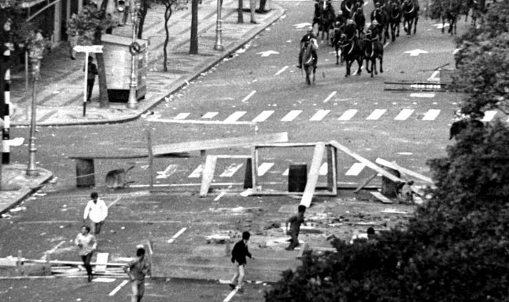 <strong> Cavalaria da PM </strong> ataca grupo de manifestantes no centro do Rio  &nbsp;