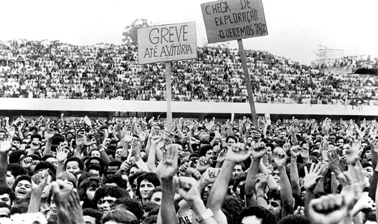 <strong> Greve 1979</strong> &ndash; Trabalhadores em assembleia no Est&aacute;dio de Vila Euclides, em S&atilde;o Bernardo do Campo, em mar&ccedil;o de 1979