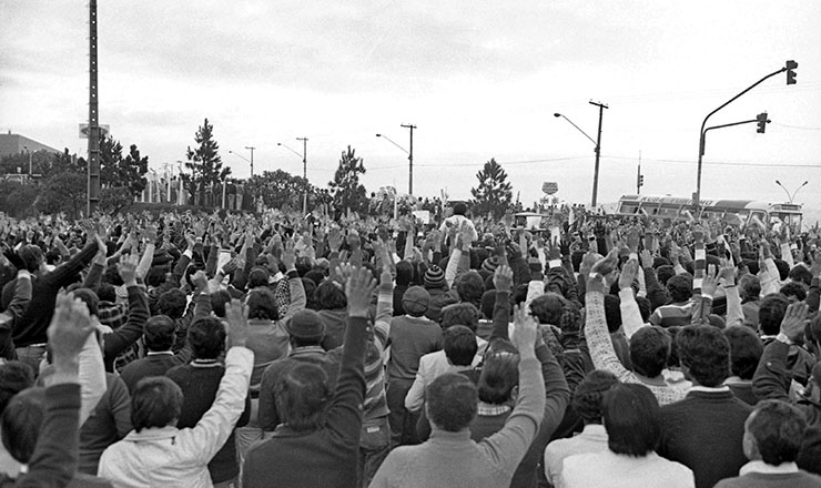 <strong> Greve 1981</strong> &ndash; Assembleia de metal&uacute;rgicos na montadora Ford, em S&atilde;o Bernardo do Campo (SP)