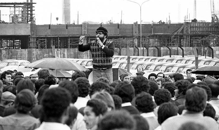 <strong> Greve 1981</strong> &ndash; Luiz In&aacute;cio da Silva, o Lula, discursa para trabalhadores da Volkswagen