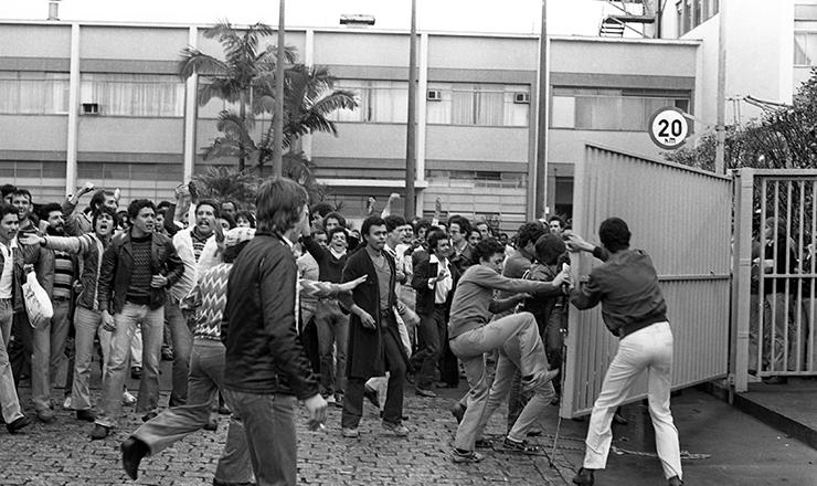 <strong> Greve 1981</strong> &ndash; Manifesta&ccedil;&atilde;o na porta da Mercedes-Benz, em S&atilde;o Bernardo do Campo (SP)