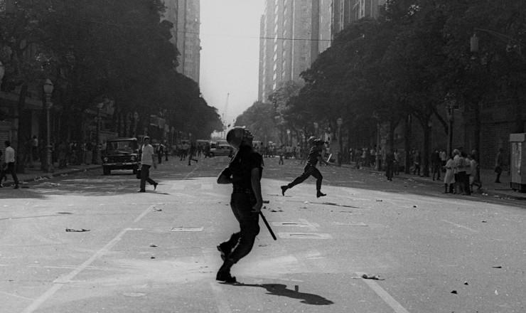 <strong> Av. Rio Branco,</strong> no centro do Rio, transforma-se em cen&aacute;rio de guerra&nbsp;