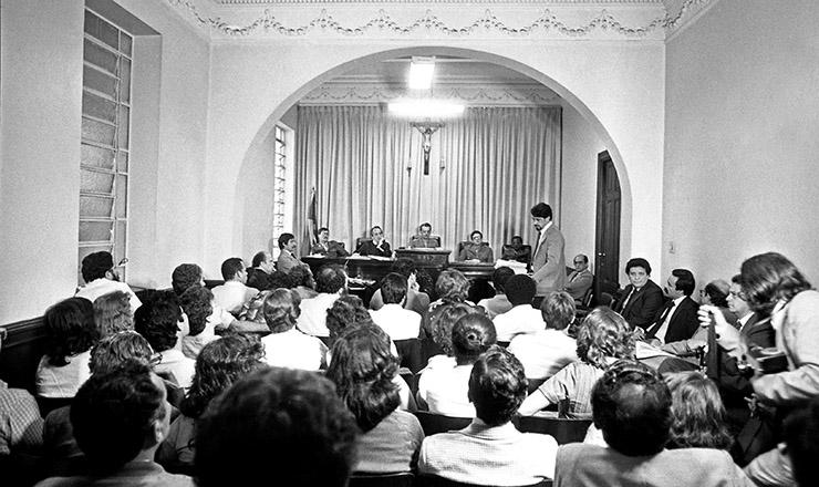 <strong> O advogado Idibal Pivetta</strong> (em p&eacute;) faz a defesa de Lula (&agrave; esq., recostado &agrave; janela) em julgamento na Auditoria MIlitar