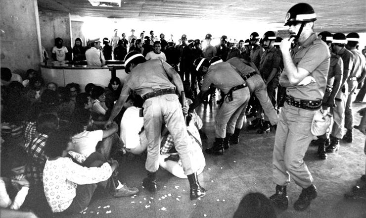 <strong> Pol&iacute;cia reprime estudantes </strong> em greve durante a invas&atilde;o da Universidade de Bras&iacute;lia em junho de 1977  &nbsp;  &nbsp;