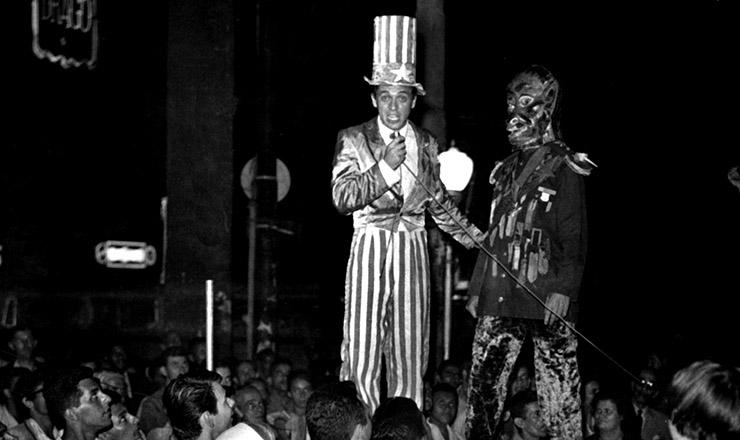 <strong> Artistas do CPC da UNE&nbsp;</strong> apresentam a montagem &quot;Auto do N&atilde;o&quot; no largo do Machado, no Rio de Janeiro, em 1962