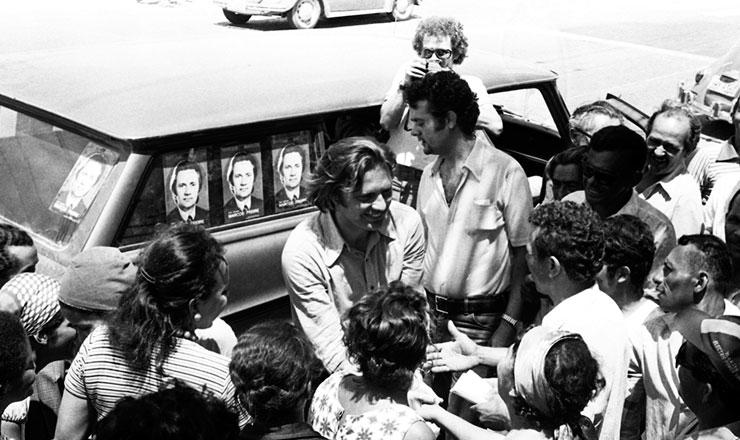 <strong> Marcos Freire </strong> (centro), candidato do MDB ao Senado, faz boca de urna em Recife na elei&ccedil;&atilde;o de 1974&nbsp;