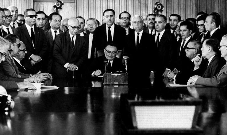 <strong> Castelo Branco assina o AI-2 </strong> em&nbsp;27 de outubro de 1965&nbsp;