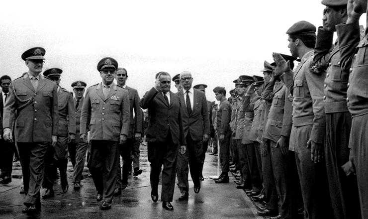 <strong> Castelo Branco desembarca </strong> no Rio de Janeiro ap&oacute;s a decreta&ccedil;&atilde;o do AI-2; &agrave;&nbsp;sua esq., Artur da Costa e Silva e Ernesto Geisel, futuros generais presidentes&nbsp;