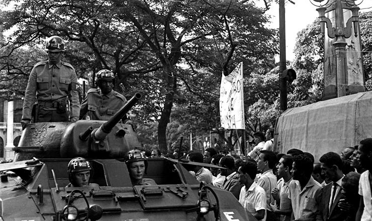 <strong> Ex&eacute;rcito atua em manifesta&ccedil;&atilde;o </strong> de apoiadores de Negr&atilde;o de Lima na posse do governador, em 5 de dezembro de 1965&nbsp;