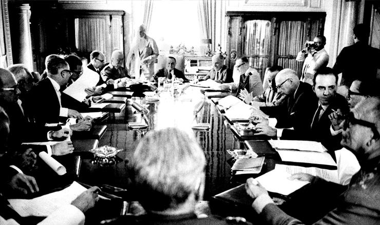 <strong> Reuni&atilde;o do Conselho de Seguran&ccedil;a Nacional,</strong> presidida por Castelo Branco e que aprovou o AI-3, em 5 de fevereiro de 1966&nbsp;