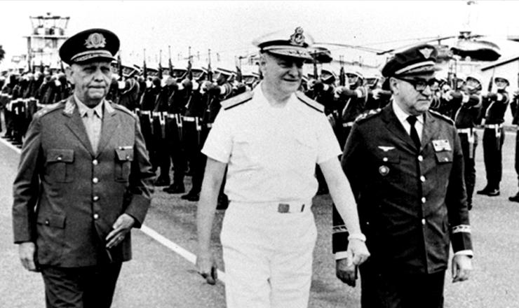 <strong> Junta Militar que governou </strong> o pa&iacute;s ap&oacute;s o afastamento de Costa e Silva:&nbsp;da esq. para a dir.,&nbsp;Lyra Tavares (Ex&eacute;rcito), Augusto Rademaker (Marinha) e M&aacute;rcio de Souza Mello (Aeron&aacute;utica)&nbsp;