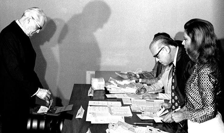 <strong> O general Ernesto Geisel,</strong> ent&atilde;o presidente da Rep&uacute;blica, vota nas elei&ccedil;&otilde;es de 1974&nbsp;