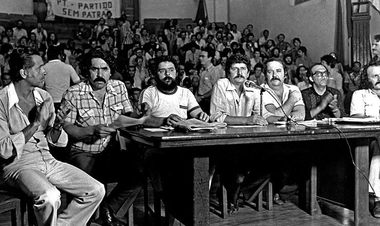 <strong> Mesa que presidiu o ato </strong> de funda&ccedil;&atilde;o do PT no Col&eacute;gio Sion, em S&atilde;o Paulo, em 10 de fevereiro de 1980&nbsp;