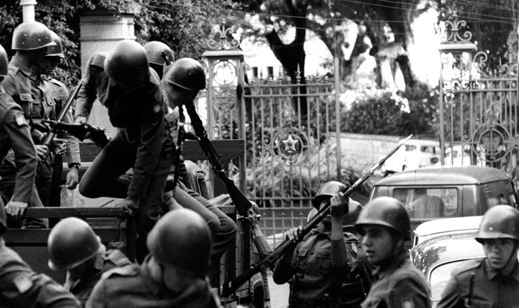 <strong> Tropas cercam o Pal&aacute;cio Laranjeiras,</strong> resid&ecirc;ncia oficial do governador da Guanabara, no dia da decreta&ccedil;&atilde;o do AI-5  &nbsp;
