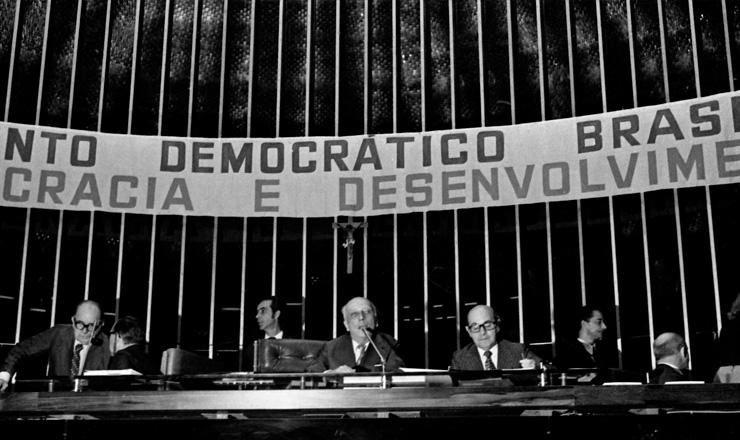 <strong> MDB lan&ccedil;a a anticandidatura </strong> de Ulysses Guimar&atilde;es (centro, ao lado de Tancredo Neves) &agrave; Presid&ecirc;ncia da Rep&uacute;blica, em 23 de setembro 1973