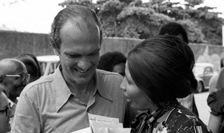 <strong> Saturnino Braga, candidato ao Senado </strong> pelo Rio de Janeiro, chega &agrave; se&ccedil;&atilde;o eleitoral para votar em 1974&nbsp;