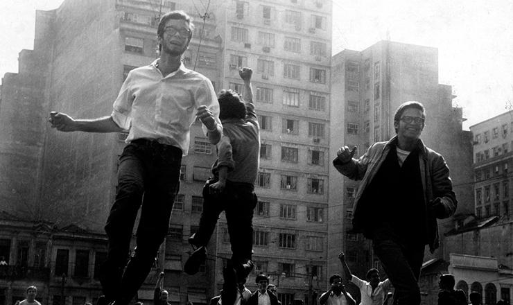 <strong> Na Sexta-Feira Sangrenta, </strong> 21 de junho de 1968,o momento do encontro de duas passeatas noRio de Janeiro