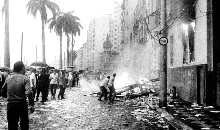 <strong> Incêndio do prédio da UNE </strong> noRio de Janeiro, em 1º de abril de 1964