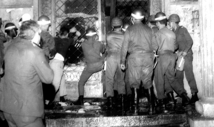 <strong> Invasão da Faculdade de Filosofia</strong> da USP, na rua Maria Antonia, após o conflito entre estudantes da USP e Mackenzie