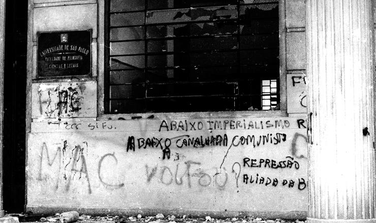 <strong> Fachada da Faculdade de Filosofia</strong> da USP depredada e pichada, em 3 de outubro de 1968
