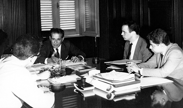 <strong> Jo&atilde;o Goulart recebe </strong> Jos&eacute; Serra (&agrave; sua esq.), presidente da UNE, e Marcelo Cerqueira, em 23 de janeiro de 1964&nbsp;